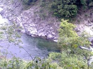 廻りは岩場なので近くに行くことは無理!?と思いきや、地元の方は降りて釣りをするそうです。どーやって行くんだろう??